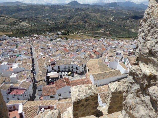 De stad ligt aan de voeten van het hoog gelegen kasteel.