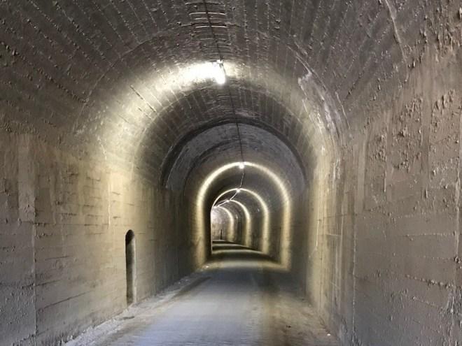 Een van de vele tunnels, meestal verlicht.