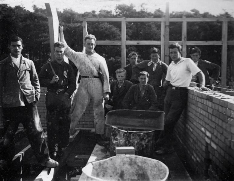 De foto stamt uit de 1936-37. Wie dat zijn is onduidelijk. Waarschijnlijk zijn het werklozen die deelnamen aan een werkverschaffingsproject op de Paasheuvel. Foto: Walter Devenijns-Paasheuvel