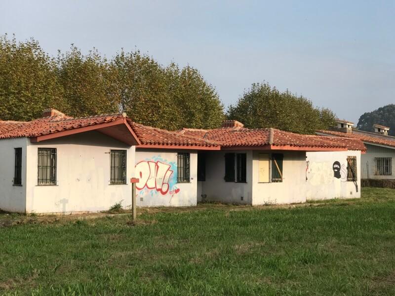 Graffiti op de muren van de vakantiehuizen.