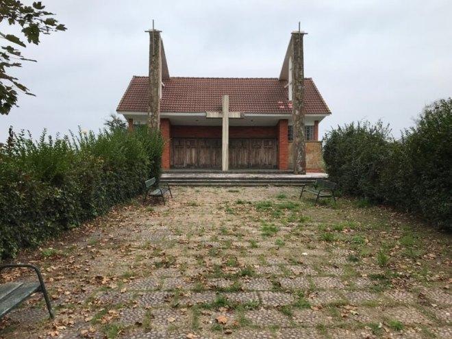 Een verlaten kerk.