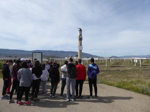 De pubers uit Montilla, die ons begeleiden, herkennen de zonnetoren op de achtergrond als geen ander.