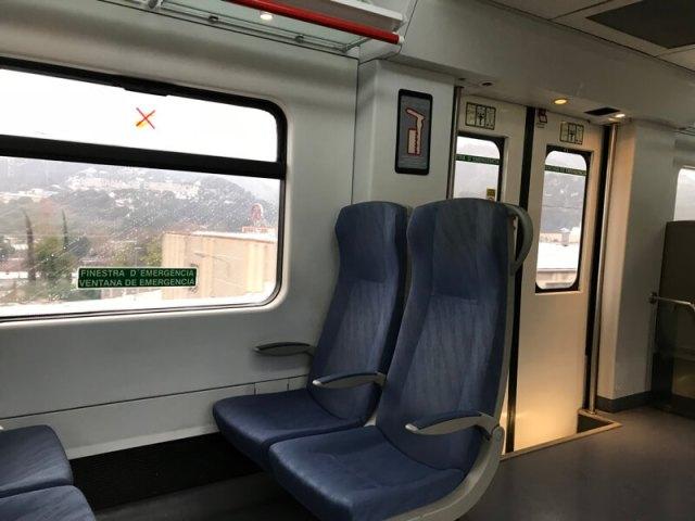 De trein zit goed en je benen hebben genoeg ruimte.(Barcelona).