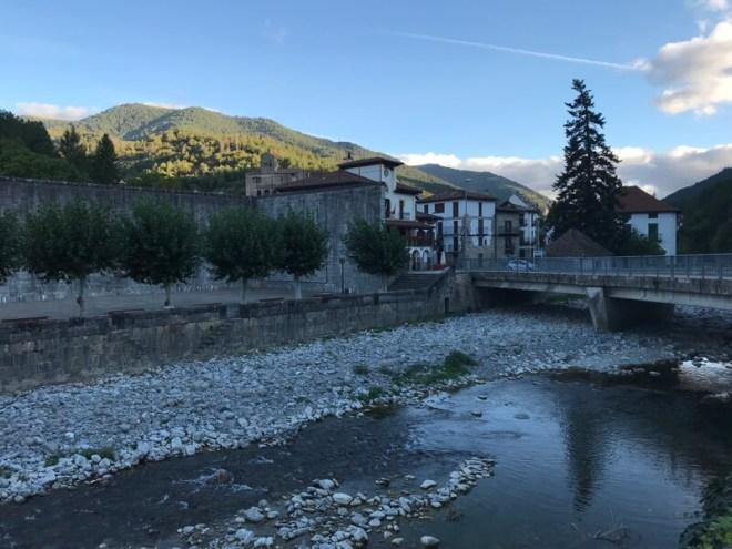 Het dorpje Roncal terwijl de avond valt. Het telt 210 inwoners, een slager, een supermarktje en een geweldige bakker