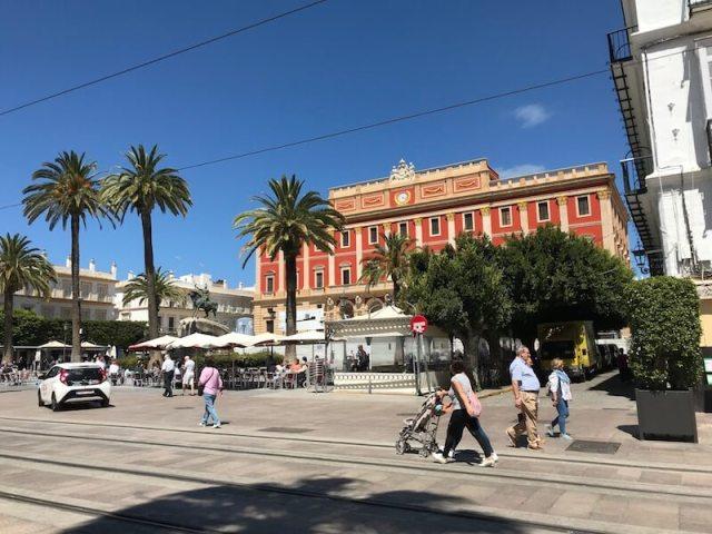 Straatbeeld van San Fernando met het gerestaureerde gemeentehuis.