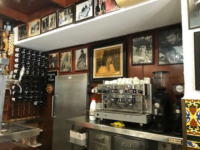 Achter de bar hangt een portret van de beroemde flamencozanger.