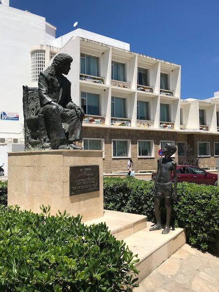 Het beeld van Camarón staat tegenover het nieuwe museum en bij Venta de Vargas.