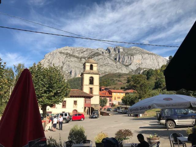 Het oude kerkklooster San Pedro met op de achtergrond de klimberg Sobia.