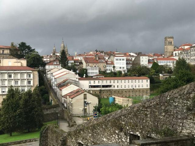 Zicht vanaf Belvis richting de oude binnenstad. Beneden zie je de Rúa das Trompas.(Santiago de Compostela).
