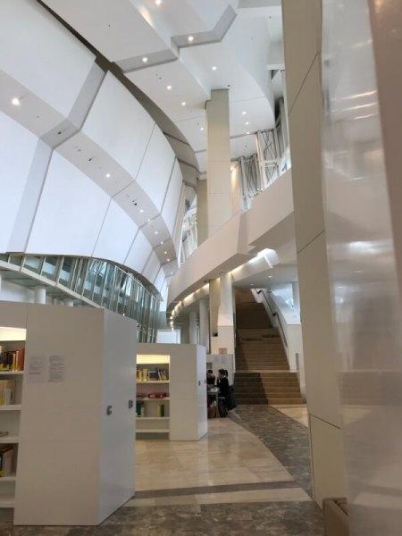 Ook de binnenkant van het Arquivo met bibliotheek is een kunstwerk op zich.