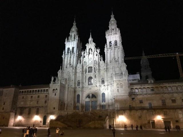 Ook in de avonduren is de kathedraal indrukwekkend. (Santiago de Compostela).