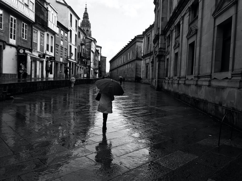 Zelfs als het regent is bedevaartsoord Santiago mooi. Dit is de Rúa de San Francisco.