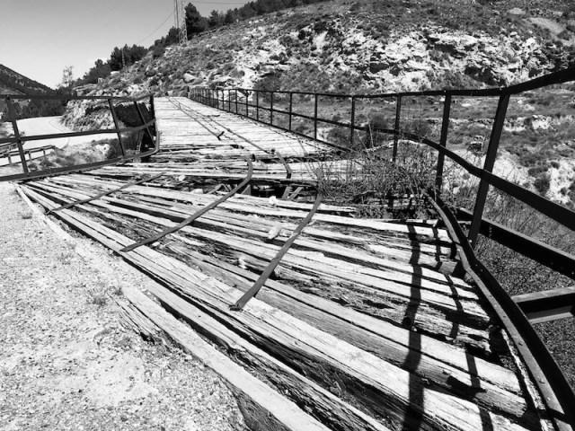 Een van de overblijfselen (laadbrug) van Las Menas,  Dat vonden we wel een zwart-wit foto waard.