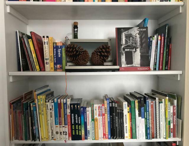 Onze 'Spaanse' boekenkast. Althans, een deel ervan.