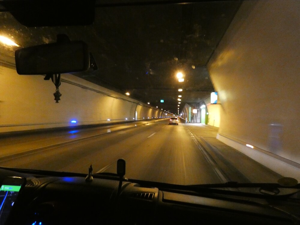 De tunnel als je de vallei verlaat richting het binnenland van Spanje.