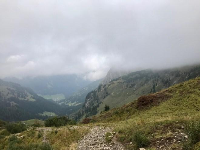 Terwijl we steeds hoger klimmen zien we in de verte het gehucht Baad liggen.