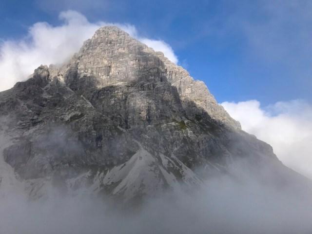 Als de mist even wijkt zien we de Widderstein opduiken. Een reus van ruim 2500 meter, terwijl wij 500 meter lager lopen.