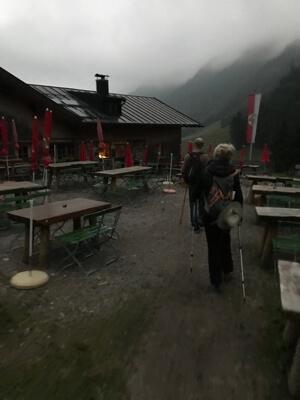 opgelucht bereiken na een uren durende klauterpartij een brede weg bij de Hintere Gemstelhütte.