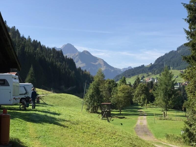 De Widderstein, de hoogste berg van ruim 2500 meter, gezien van onze camping in het Oostenrijkse Kleinwalsertal. Hij oogt onschuldig.