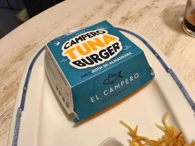Een tonijn-hamburger van restaurant El Campero (Zahara de los Atunes). In onze reisgids Vejer de la Frontera kun je meer informatie over deze kok en het badplaatsje vinden.