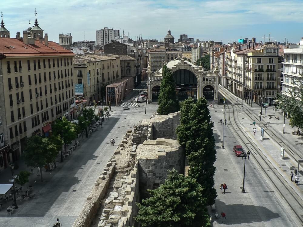 De Romeinse muur én de Mercado, de centrale versmarkt van Zaragoza.