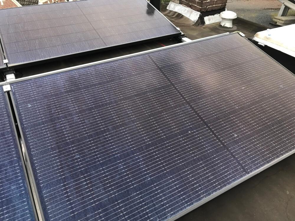 Onze zonnepanelen thuis zorgen ervoor dat we energie besparen én ook nog eens geld terugverdienen.