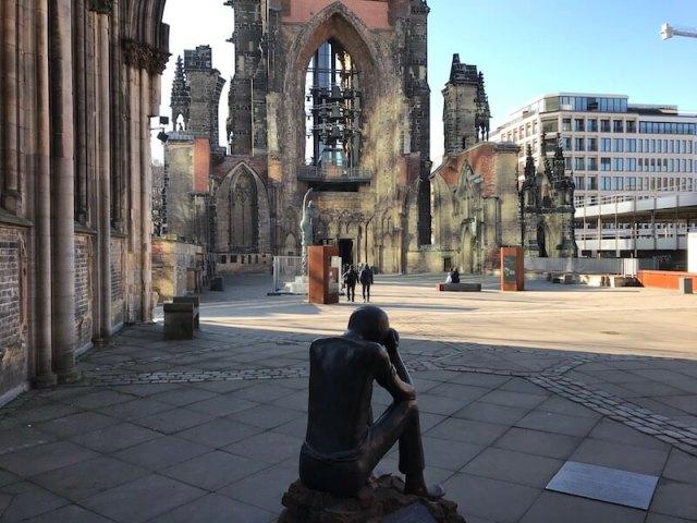Dit is er overgebleven van de Sankt Nikolaikirche aan de Willy Brandtstrasse.