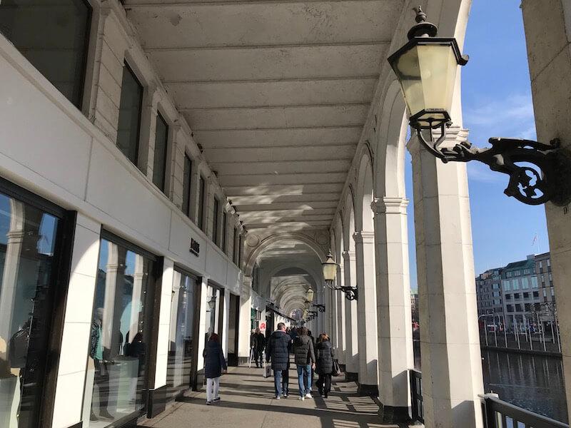 Hamburg heeft vele galerijen. Deze ligt vlakbij het gemeentehuis en heet Alster Arkaden.