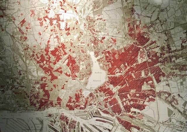 Kaart met welke delen van Hamburg getroffen zijn tijdens de vele bombardementen. Stand oktober van 1944. Foto gemaakt bij expositie Mahnmal St. Nikolai.