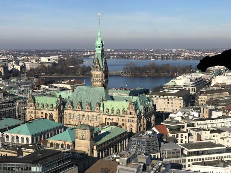Walter, de held, is met een lift de toren van de St. Nikolaikirche op geweest. Dit is het huidige over Hamburg met het stadhuis (hoge, groene punt).
