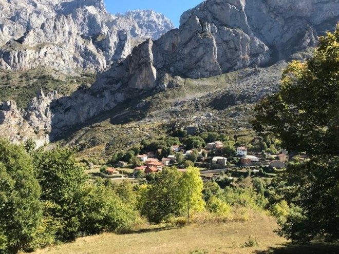 Tijdens het wandelen word je voortdurend begeleid door prachtige bergen en dalen. Het dorpje heet Cordinanes de Valdeón.