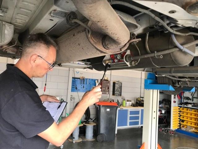 Alles wordt gecheckt door technicus Terveer. Hier wordt de LPG-gastank nagekeken op mogelijke gaslekken.