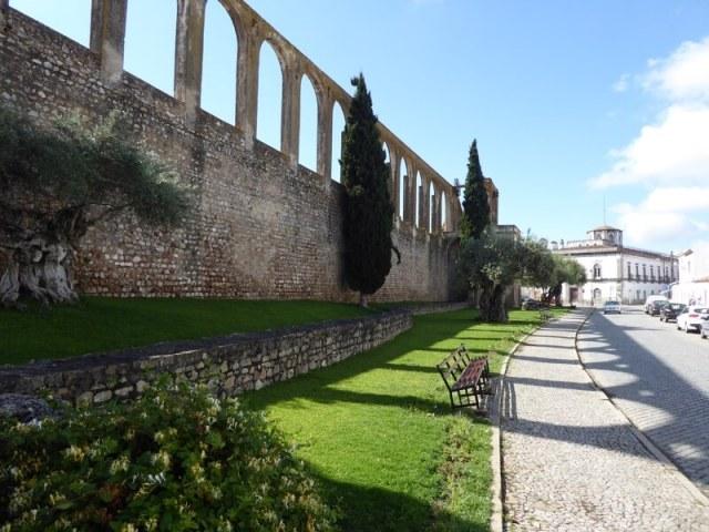 Aquaduct met onder andere eeuwenoude olijfbomen.