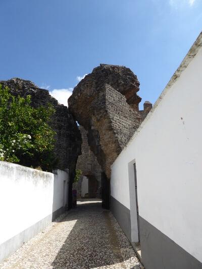 Ingang van het kasteel. De brok steen boven de ingang is van een opgeblazen muur.
