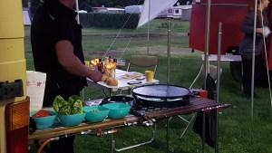 Aussenküche am Campervan mit Plancha, Wokbrenner und diversen Zutaten zum BBQ