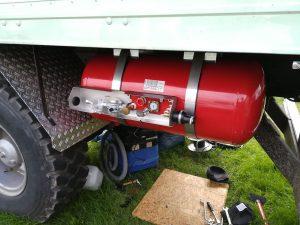 Unterflurmontage eines Tanks an einem 90-16 Expeditionsmobils