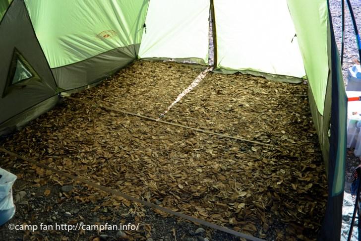 落ち葉を敷き詰める:巾着田