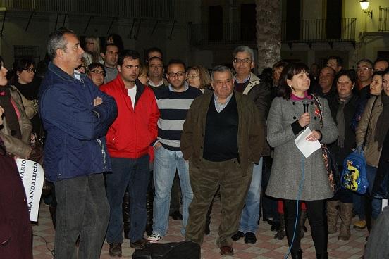 La alcaldesa de Lopera, Isabel Uceda, se dirige a los concentrados.
