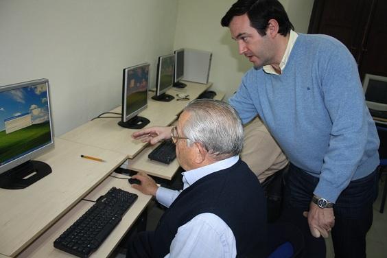 Una persona mayor de Andújar aprende a navegar por Internet.