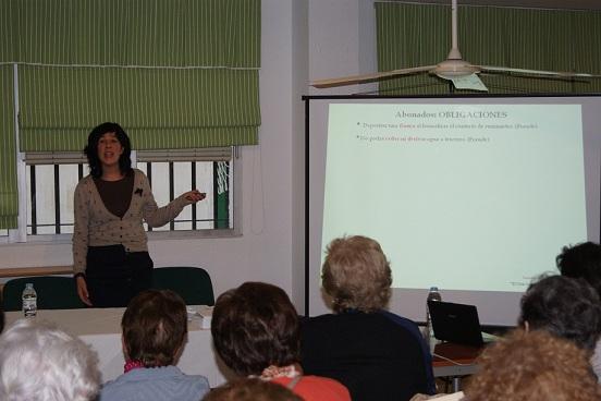 Lourdes Morente explica a los asistentes aspectos sobre el Suministro de Agua.
