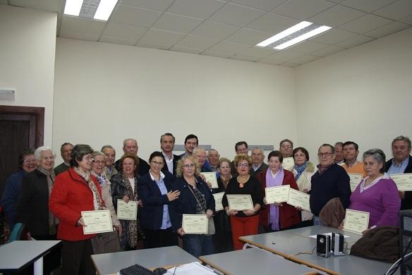Alumnos participantes en los cursos junto a los concejales Joaquín Luque y Lola Martín.