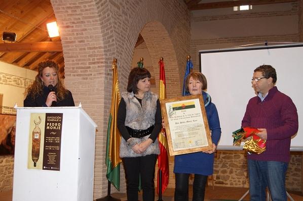Momento en que se entrega el título de hijo predilecto a la viuda Luisa Pérez.