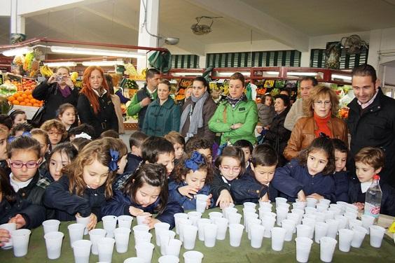 Escolares de Educación Infantil en la Plaza de Abastos de Andújar.