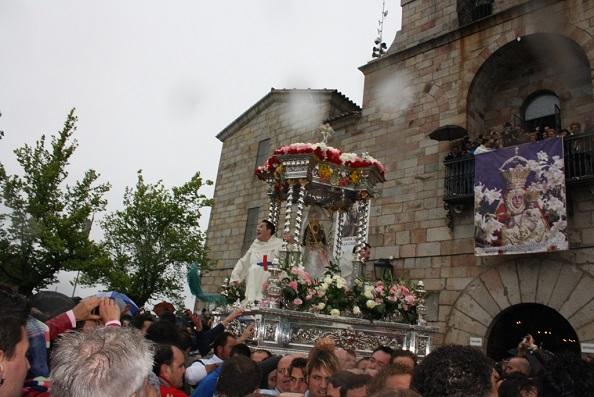 La lluvia no impide la salida en procesión de la Virgen de la Cabeza.