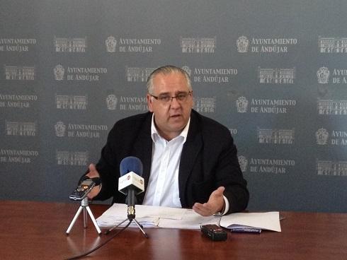 El alcalde de Andújar, Jesús Estrella, en rueda de prensa.