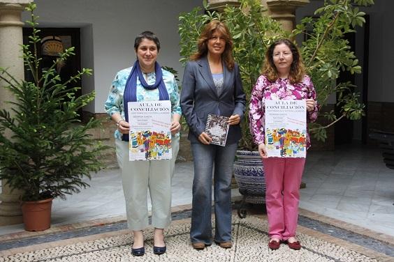 La concejala de Educación, Rosa María Fernández de Moya, junto a la Coordinadora del área municipal de Mujer e Igualdad,  Francisca Expósito, y la gerente de la empresa Aula Integral de Formación.