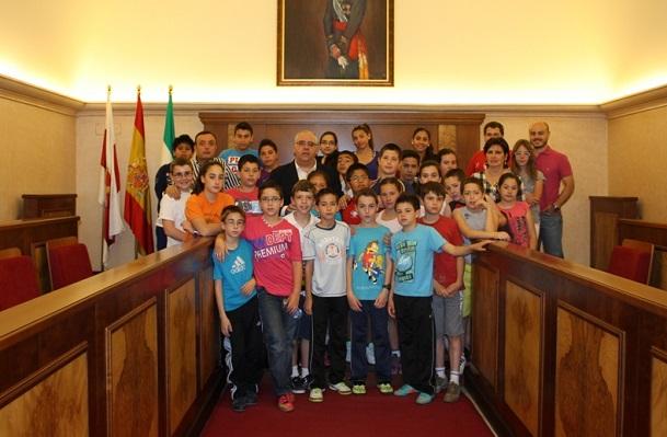 El alcalde de Andújar, Jesús Estrella, junto a los niños del CEIP San Eufrasio.