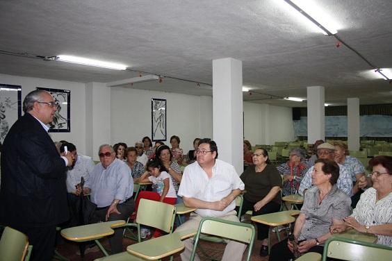 El alcalde de Andújar, Jesús Estrella, se reúne con los vecinos del Barrio Montañés.