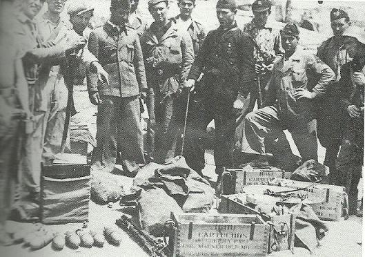 Soldados republicanos posan ante el armamento incautado a los guardias civiles.