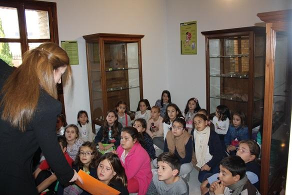 El taller acercó los ritos funerarios íberos y romanos a los escolares de Andújar.
